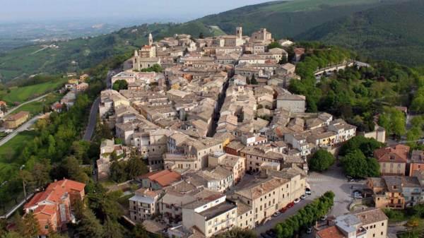 """Dal tour di castelli al """"balcone"""" delle Marche"""