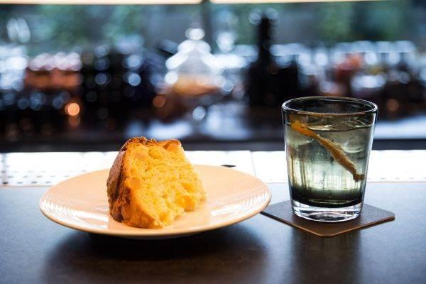 Brindisi di Capodanno con panettone e cocktail