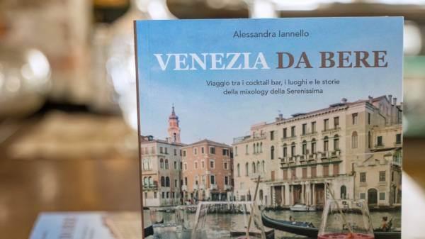 """In libreria """"Venezia da Bere"""", il tour della Laguna in 25 cocktail bar"""