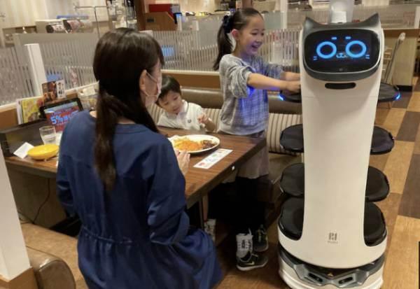 Carenza di camerieri? Il Giappone li rimpiazza con i robot