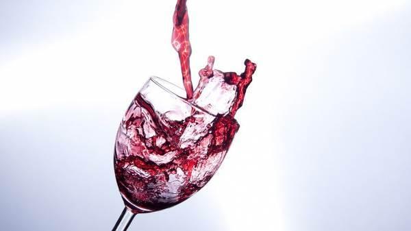 Psicologi: un bicchiere di vino allontana l'ansia da Covid