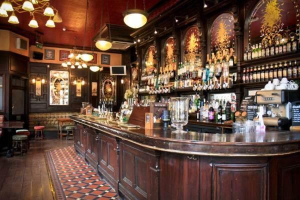 """Londra: scatta il """"coprifuoco"""" alle 22 per bar e ristoranti"""