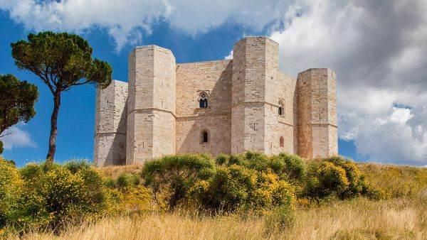 Lungo la strada che porta alla fortezza dei misteri di Castel del Monte